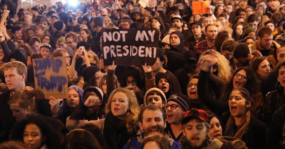 9.nov.2016 - Milhares de pessoas anti-Trump protestam na 5ª Avenida em Nova York, em frente ao Trump Tower