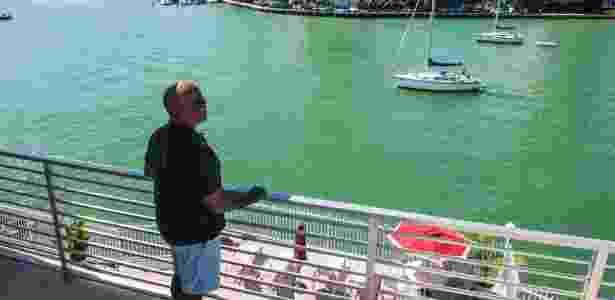 Brent Dixon olha da varanda de seu apartamento em Miami Beach, na Flórida - Max Reed/The New York Times