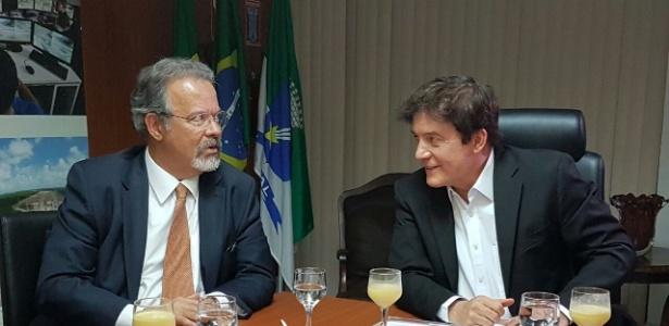 Governador do RN, Robinson Faria (d), em reunião com o ministro da Defesa, Raul Jungmann, em janeiro de 2017