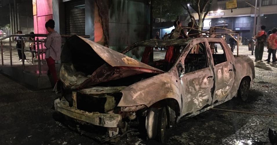 28.abr.2017 - Um carro foi incendiado na região da Cinelândia, no Rio de Janeiro, na noite desta sexta-feira, durante protestos da greve geral contra as reformas da Previdência e trabalhista