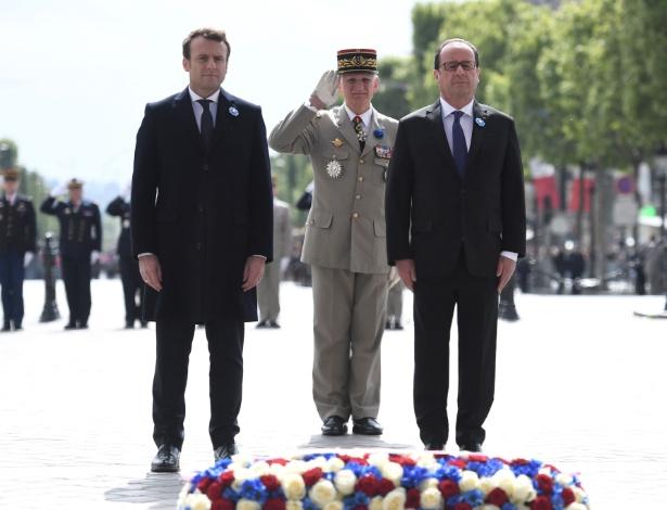 Emmanuel Macron, junto a François Hollande, em seu primeiro ato oficial