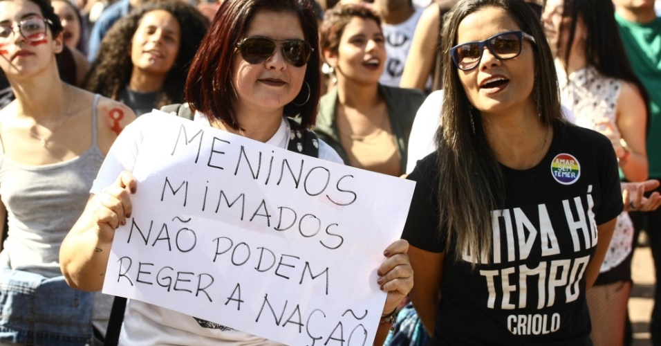 4.jun.2017 - Manifestantes levam cartazes contra o presidente Michel Temer em protesto no Largo da Batata, em São Paulo, que pede pelas Diretas Já. O ato deste domingo teve a presença de váriosr artistas