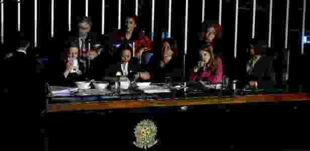 As senadoras pediram marmitas às assessorias e almoçaram na mesa da presidência  - Pedro Ladeira/Folhapress