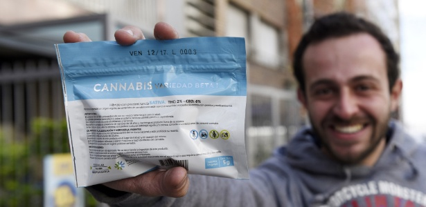 19.jul.2017 - Consumidor exibe maconha comprada legalmente em farmácia em Montevidéu, no Uruguai