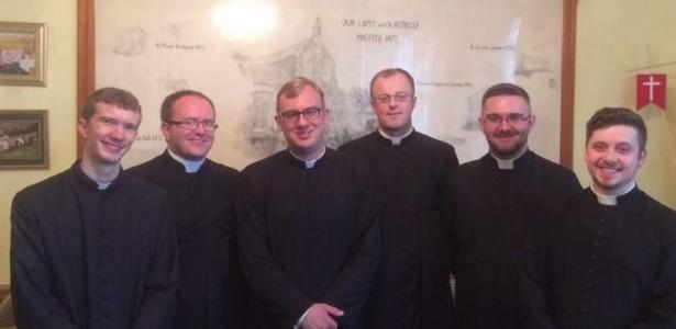 Os padres são seminaristas da arquidiocese de Cardiff, no país de Gales