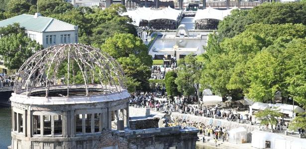 Pessoas se dirigem para cerimônia no Memorial da Paz de Hiroshima para lembrar a explosão de bomba atômica, em Hiroshima