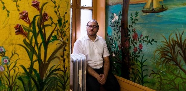 Mayer Herskovic em seu apartamento no Brooklyn, Nova York