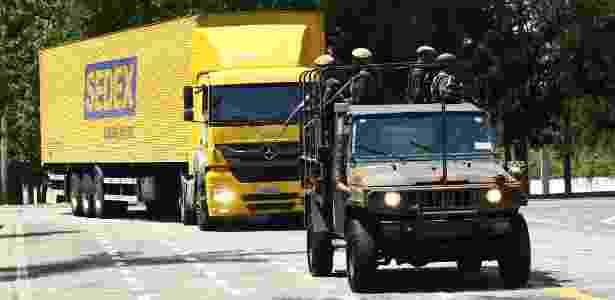 Militares escoltam caminhão com provas do Enem - ALOISIO MAURICIO/FOTOARENA/FOTOARENA/ESTADÃO CONTEÚDO