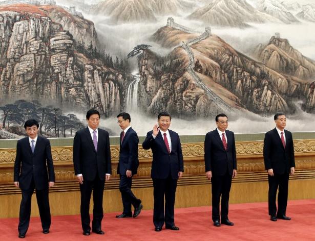 Presidente da China, Xi Jinping (acenando ao centro), e membros do Partido Comunista Chinês em Pequim