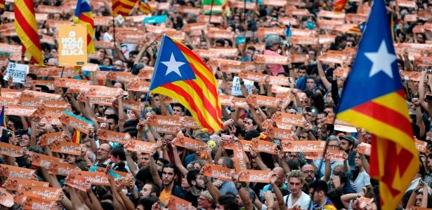 Milhares de pessoas se reúnem para celebrar a decisão do Parlamento catalão, que aprovou a resolução para a declaração de independência da região