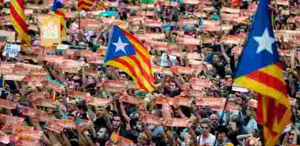 Milhares de pessoas se reúnem para celebrar a decisão do Parlamento catalão, que aprovou a resolução para a declaração de independência da região - PAU BARRENA/AFP