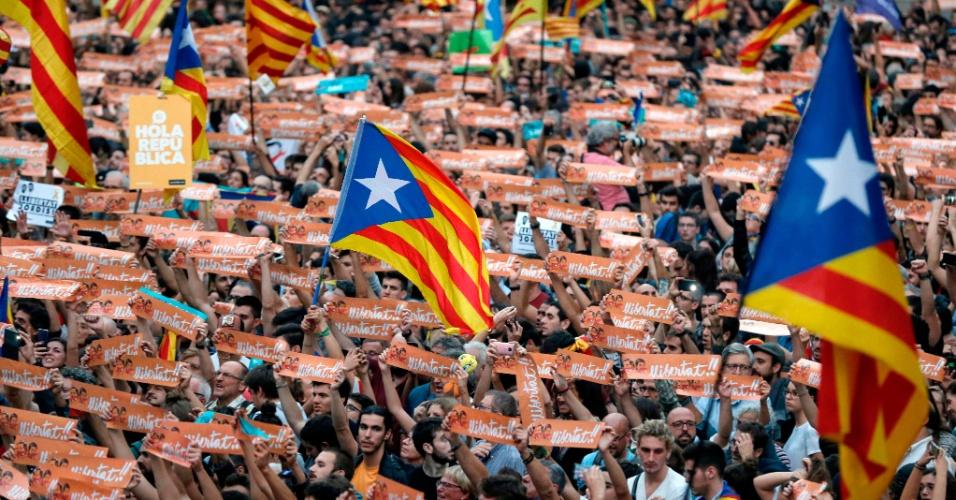 27.out.2017 - Milhares de pessoas se reúnem para celebrar a decisão do Parlamento catalão, que aprovou a resolução para a declaração de independência da região, em Barcelona