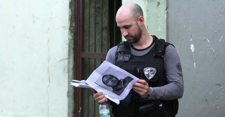 27.out.2017 - Os agentes tentam cumprir mandados de prisão contra traficantes que, de acordo com as investigações, participaram da tentativa de invasão na Rocinha, em 17 de setembro