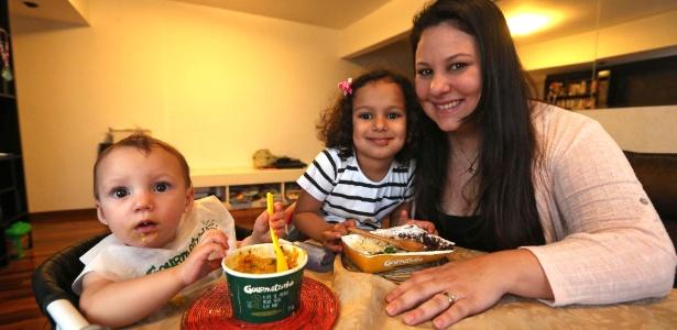 A consultora de recursos humanos Nathalia Sobral, 30, com a filha Lílian, de 4 anos e meio, e Elisa, de 1 ano e três meses