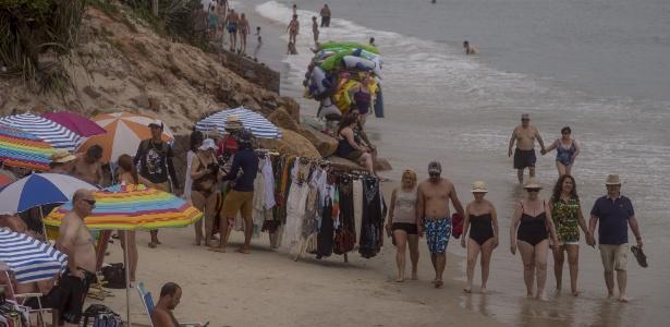 23.nov.2017 - Turistas e vendedores ambulantes na praia de Canasvieiras