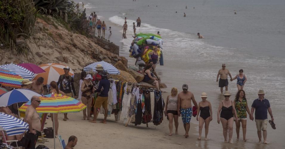23.nov.2017 - Turistas e vendedores ambulantes dividem o pequeno espaço de faixa de areia na praia de Canasvieiras, ao norte de Florianópolis