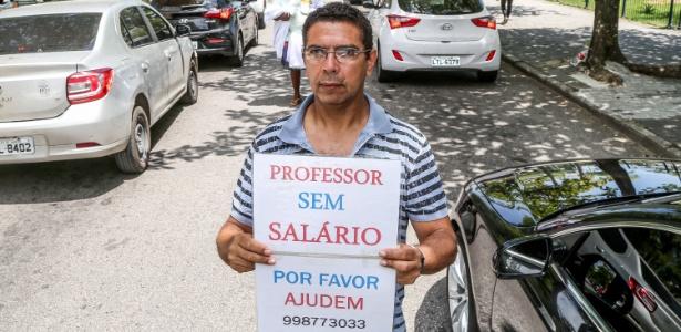 O professor Silvio de Oliveira Alves pede dinheiro nos semáforos do Rio