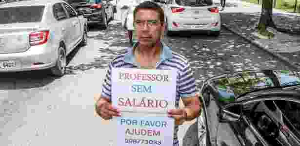 O professor Silvio de Oliveira Alves pede dinheiro nos semáforos do Rio - Marco Antonio Teixeira/UOL