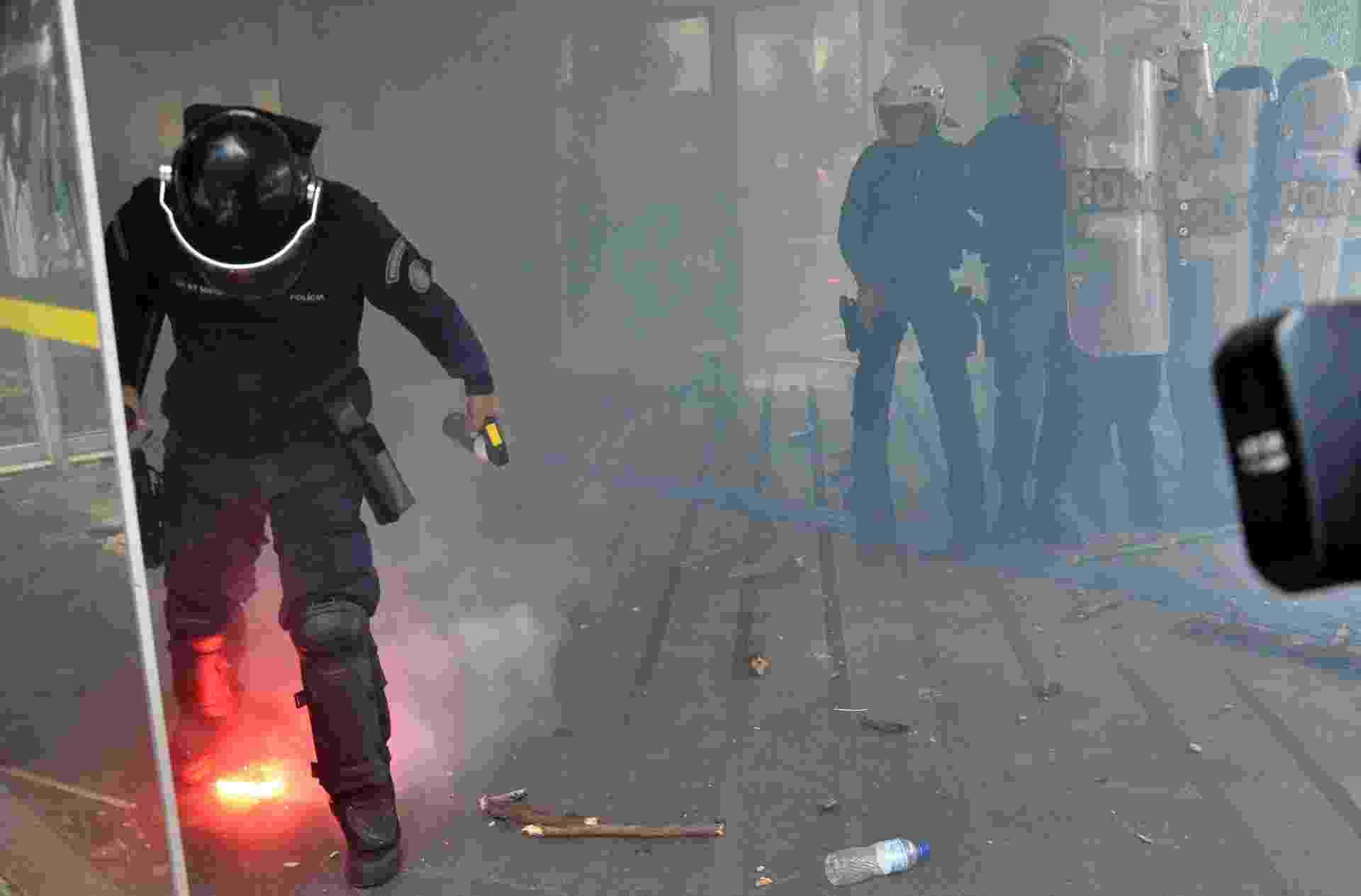 10.abr.2018 - Manifestantes em frente ao Ministério da Educação (MEC) entraram em confronto com a Polícia Militar. Eles cobram da pasta a liberação de recursos para tirar a Universidade de Brasília (UnB) de sua pior crise financeira. Por volta das 11h40, um grupo atirou paus, pedras e sinalizadores nos oito PMs que faziam a segurança do prédio - Renato Costa/Estadão Conteúdo