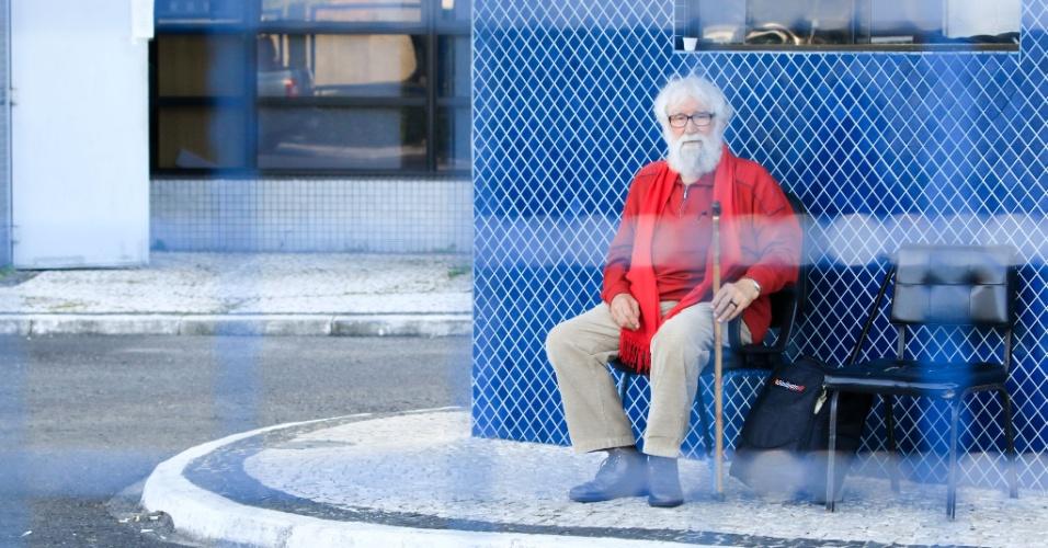 19.abr.2018 - O teólogo Leonardo Boff foi impedido de visitar Lula. Ele chegou ao prédio da Superintendência da PF por volta das 10h30 e aguardou do lado de fora até o meio-dia, sem sequer poder entrar no edifício