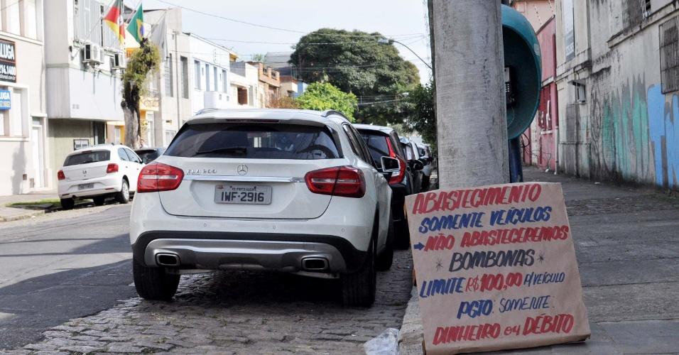 30.mai.2018 - Posto de combustível espalha cartazes com regras para abastecimento em Porto Alegre (RS)