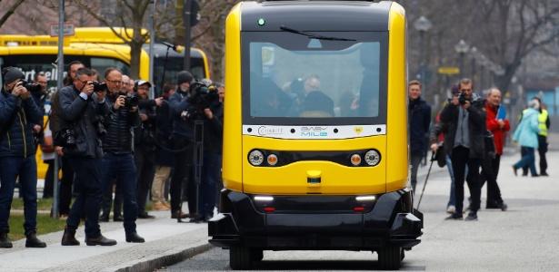 Ônibus autônomo, operado pelo hospital universitário Charité e pela empresa de transporte público BVG, é apresentado no Charité Campus em Berlim