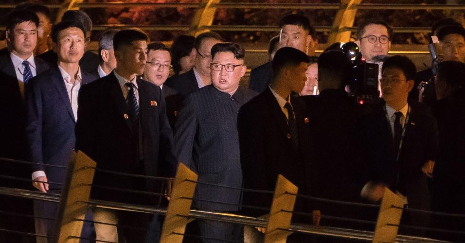 11.jun.2018 - Kim Jong-un (C) percorre a área de Marina Bay, em Singapura, com vista para o horizonte da cidade-estado. Ele deu uma volta à noite em torno de algumas das atrações antes de sua cúpula marcada com o presidente dos Estados Unidos, Donald Trump