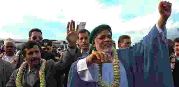 25.fev.2009 - Os então presidentes do Irã, Mahmoud Ahmadinejad, e das Comores, Ahmed Abdallah Mohamed Sambi, acenam para o público em Moroni - Reuters - Reuters