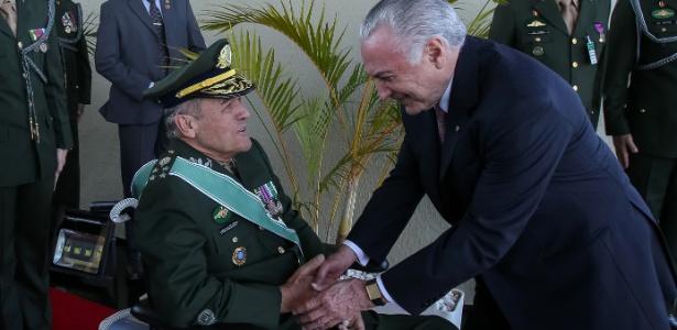 Temer recebe os cumprimentos do comandante do Exército, general Eduardo Villas Bôas, em cerimônia do Dia do Soldado - Marcos Corrêa/Presidência
