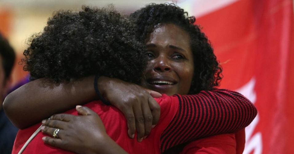 Apoiadoras de Fernando Haddad (PT) choram enquanto aguardam a apuração dos votos