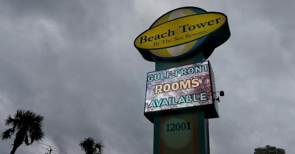 10.out.2018 - Nuvens de tempestade sobre resort em Panama City, na Flórida