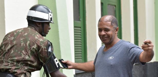 Eleitores são revistados em zona eleitoral onde o presidenciável Jair Bolsonaro (PSL) vota em Deodoro, no Rio de Janeiro
