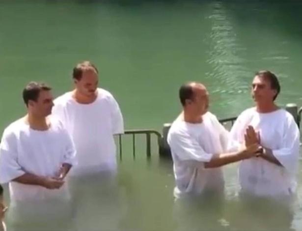 Jair Bolsonaro é batizado nas águas do rio Jordão, em Israel