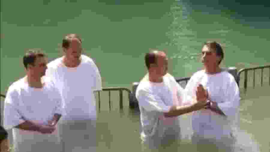 Jair Bolsonaro é batizado nas águas do rio Jordão, em Israel - Reprodução