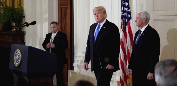 Donald Trump chega para entrevista coletiva após as eleições de meio de mandato nos Estados Unidos, acompanhado do vice-presidente, Mike Pence