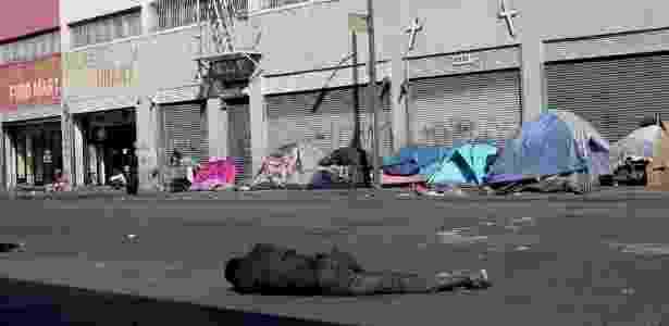 Pelo menos 4 mil pessoas ocupam as ruas da área conhecida como Skid Row, em Los Angeles - BBC