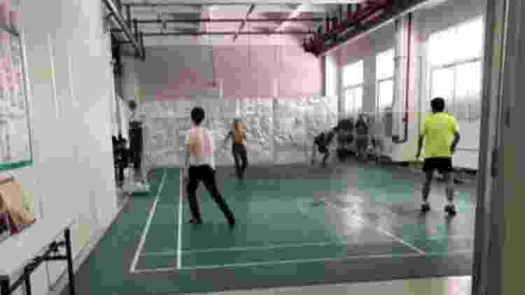 Fábrica tem quadra de badminton e de basquete, pouco utilizadas pelos funcionários. Há também uma biblioteca, que durante a investigação no local permaneceu fechada - Divulgação/China Labor Watch - Divulgação/China Labor Watch