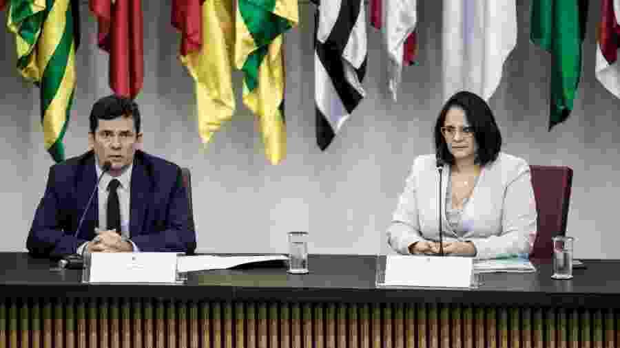 Os ministros Sergio Moro e Damares Alves durante assinatura de acordo - Renato Cortez/Futura Press/Estadão Conteúdo