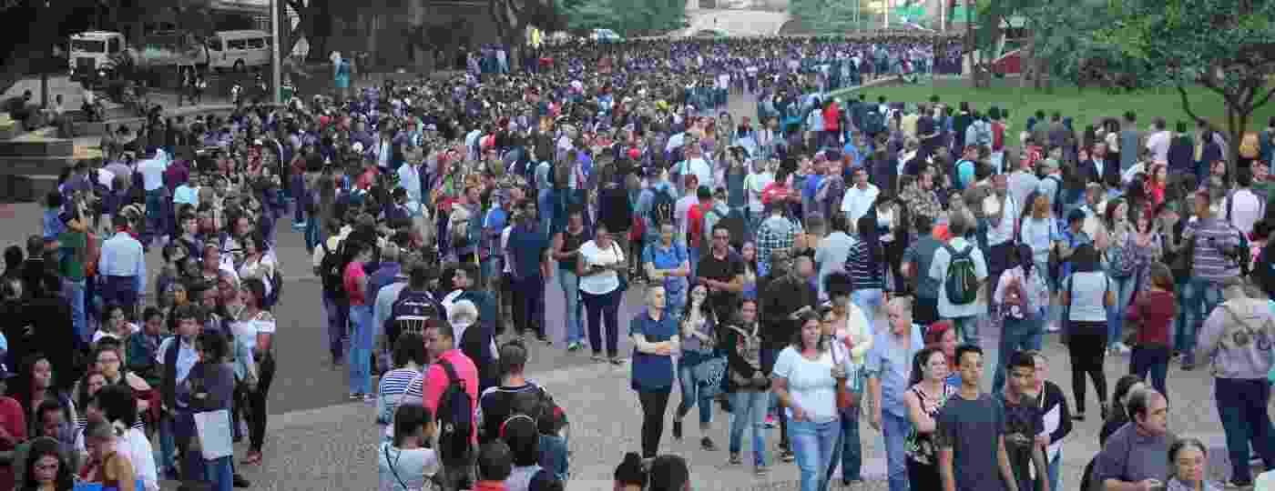 Cerca de 15 mil pessoas formam fila em busca de uma vaga no Mutirão do Emprego, no Vale do Anhangabaú, no centro de São Paulo - Willian Moreira/Futura Press/Estadão Conteúdo