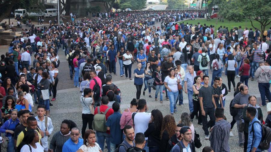 Desempregados formam fila em busca de uma vaga no Mutirão do Emprego de março, em São Paulo - Willian Moreira/Futura Press/Estadão Conteúdo