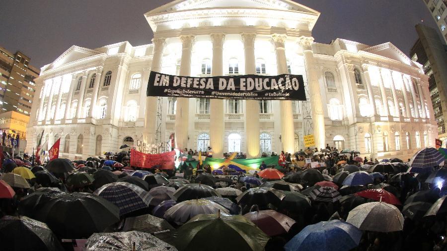 30.mai.2019 - Manifestantes se reúnem em frente ao prédio da UFPR (Universidade Federal do Paraná), em Curitiba - Franklin de Freitas/Estadão Conteúdo