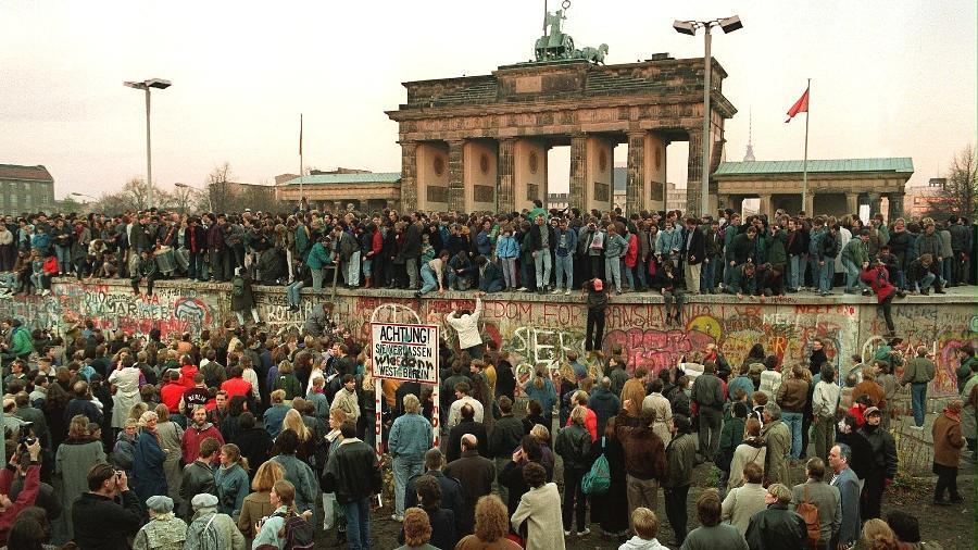 10.nov.1989 - Alemães aglomeram-se no Muro de Berlim um dia após o governo comunista liberar a passagem para o Ocidente - ANDREAS VON LINTEL/AFP