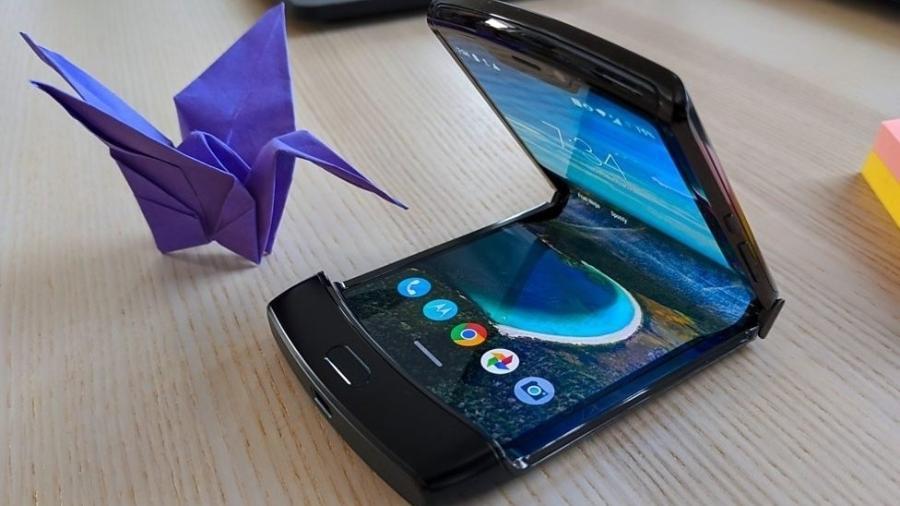 A Motorola volta à categoria premium com o Razr, novo celular com tela dobrável - BBC