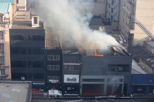 Incêndio atinge antiga gravadora no centro de São Paulo