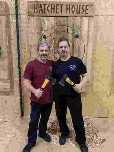 Ricardo (à esq.) e Roberto Darienzo, sócios da Hatchet House Brasil, em São Paulo, que oferece arremesso de machado ao alvo - Divulgação - Divulgação