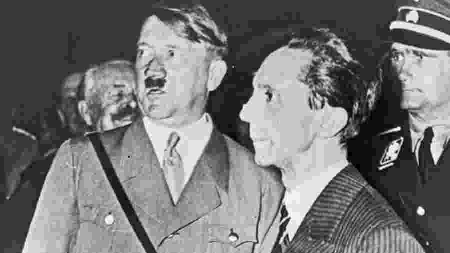 Goebbels, à direita, é descrito por especialistas no nazismo como o responsável pelas estratégias de lavagem cerebral do regime alemão - Library of Congress