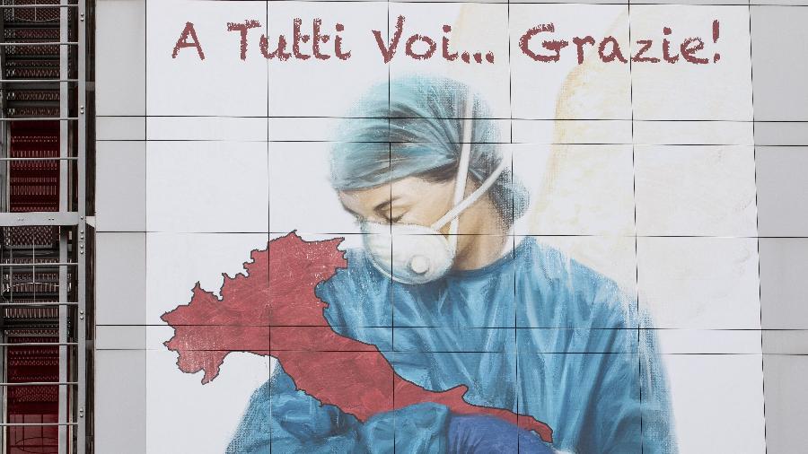 Homenagem aos profissionais de saúde na Itália durante a pandemia de coronavírus - Emanuele Cremaschi/Getty Images