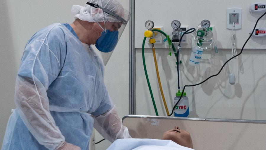 29.abr.2020 - Médico faz demonstração de atendimento a pacientes com covid-19 no Hospital de Campanha do Ibirapuera - Ettore Chiereguini/AGIF/Estadão Conteúdo