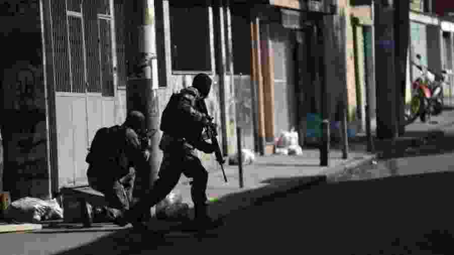 16.jul.2018 - Soldados participam de ação no Complexo do Alemão, no Rio de Janeiro - Fabio Teixeira/picture alliance via Getty Images