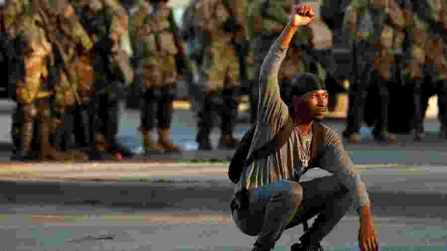 Um manifestante gesticula durante um protesto contra a morte de Floyd, em Minneapolis - EUTERS/Lucas Jackson